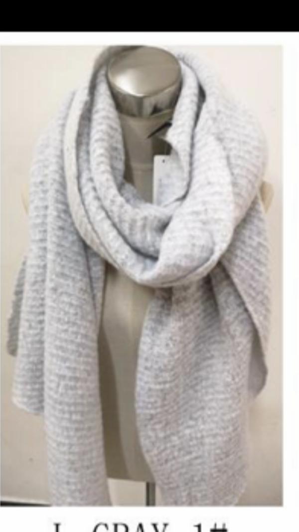 2115002 Mooie lange licht grijze shawl